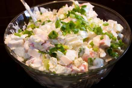 пикантный салат из крабовых палочек с колбасным сыром