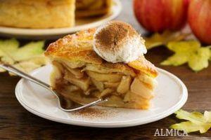 приготовление шарлотки с яблоками и корицей