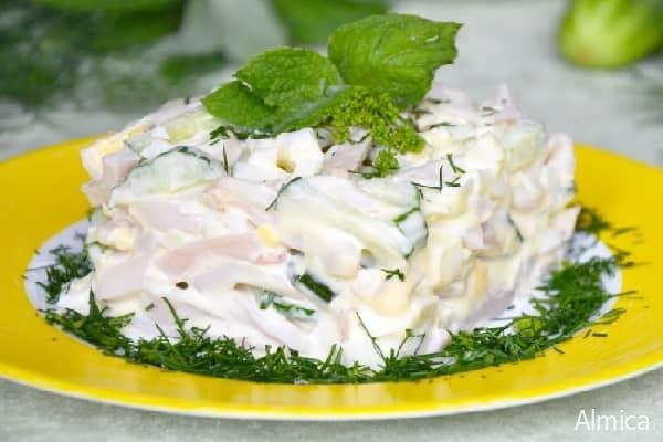 салат с кальмарами, яйцом и огурцами