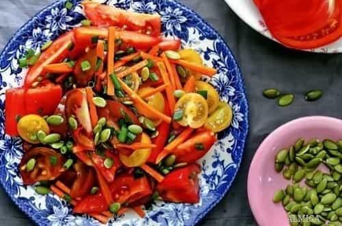 салат из томатов с тыквенными семечками и морковью