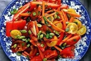 салат с помидорами и тыквенными семенами