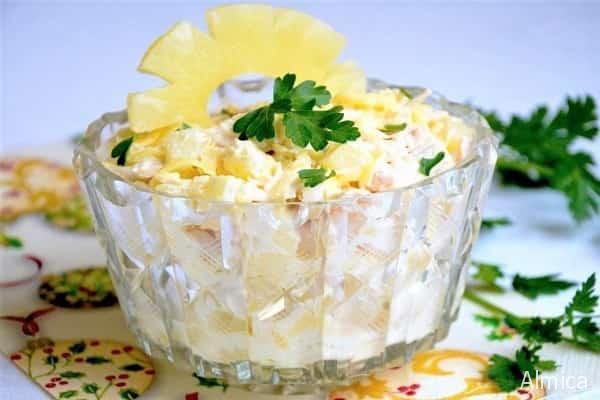 салат из ананасов и курицы с чесноком и сыром