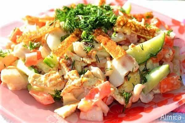 фьюжен салат с красной рыбой и блинами